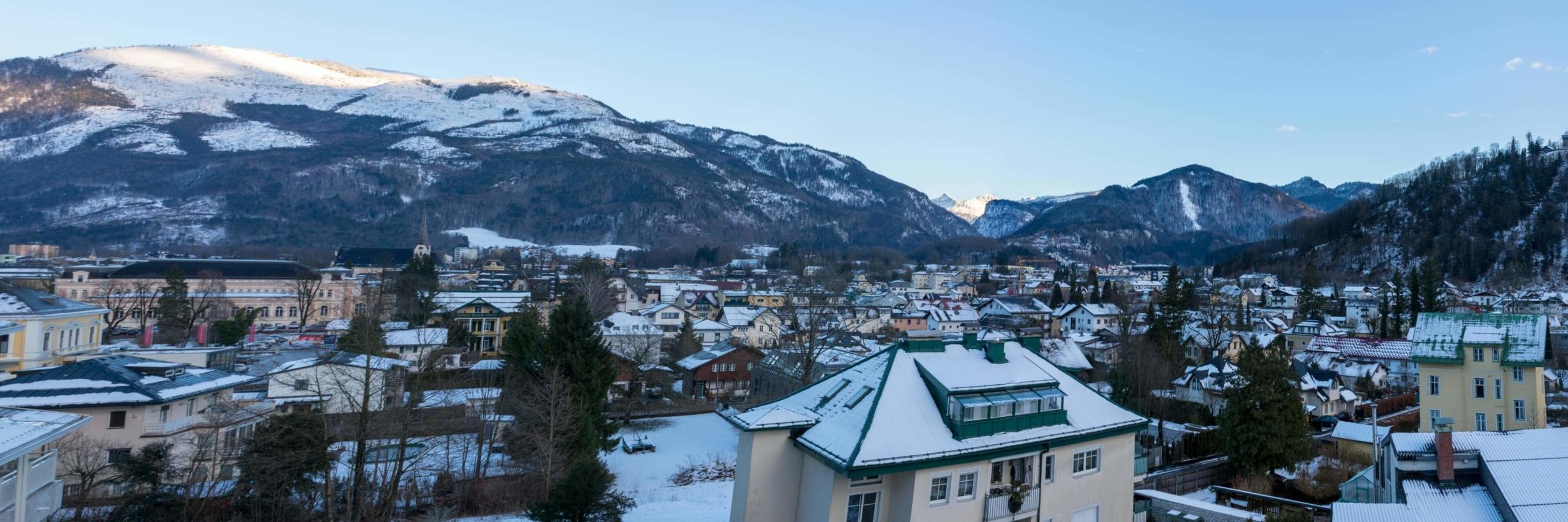 Bad Ischl im Winter Vordergrund Häuser Hintergrund Berge