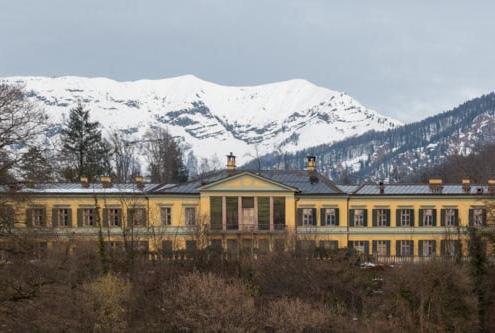 Gelbe Kaiservilla in Bad Ischl dahinter schneebedeckte Berge